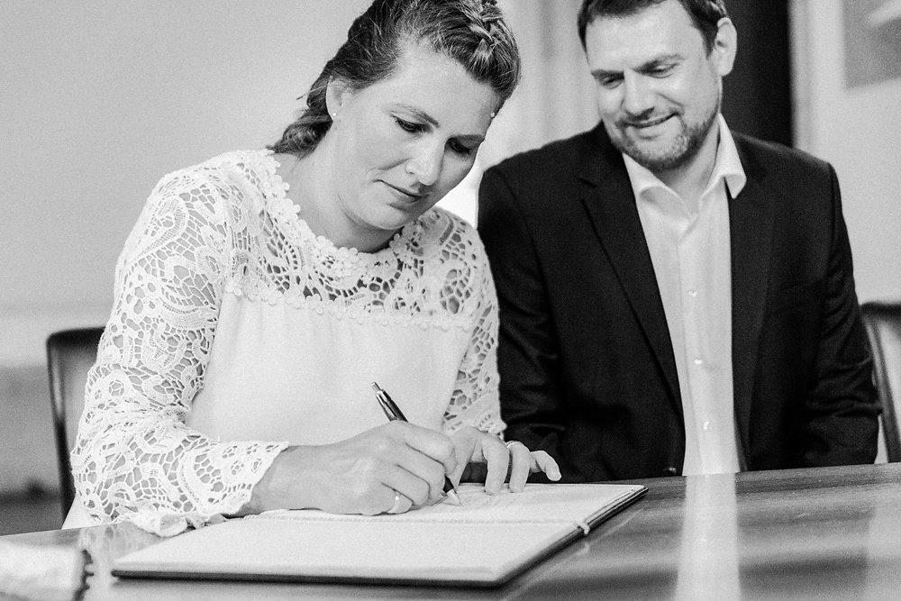 Hochzeitsfotograf-bochum-Standesamtliche-Hochzeit-am-Rheinufer-Koln-18.jpg