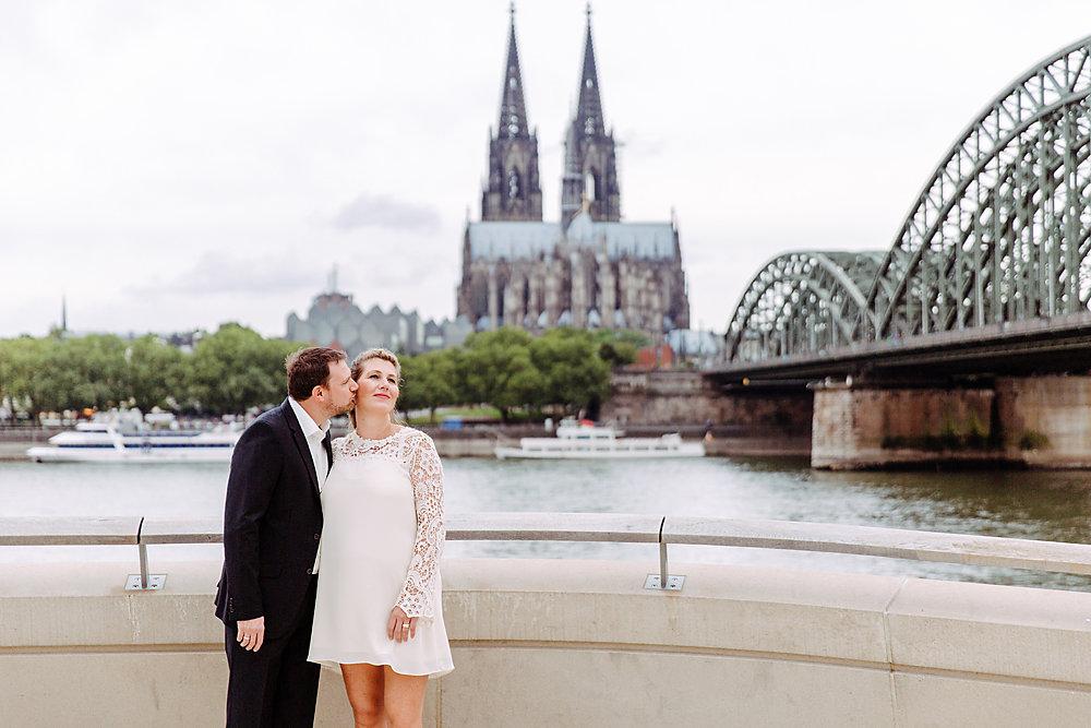Hochzeitsfotograf-bochum-Standesamtliche-Hochzeit-am-Rheinufer-Koln-33.jpg
