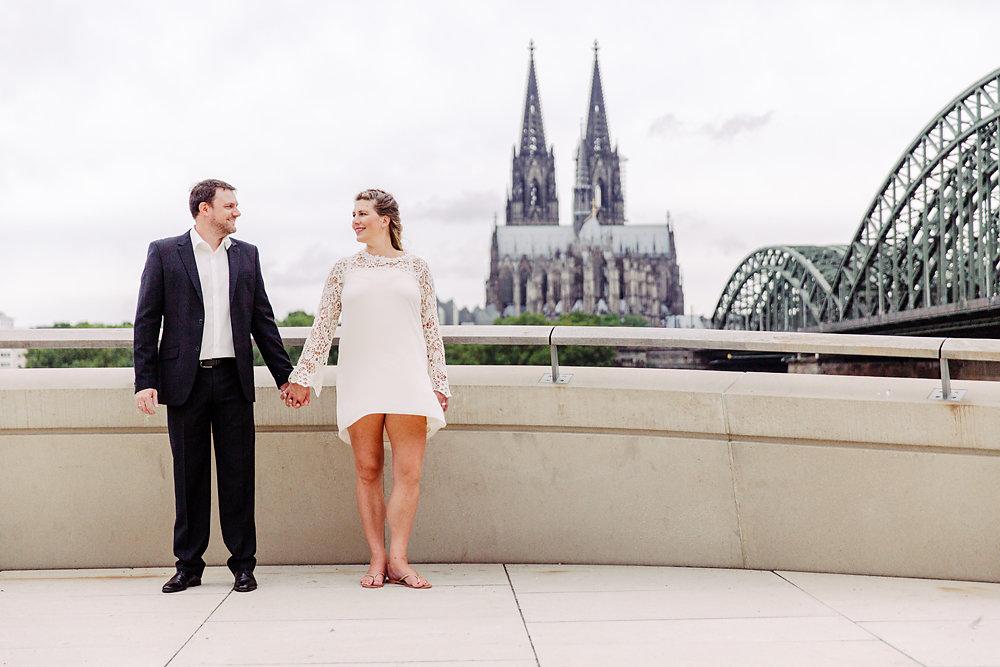 Hochzeitsfotograf-bochum-Standesamtliche-Hochzeit-am-Rheinufer-Koln-34.jpg
