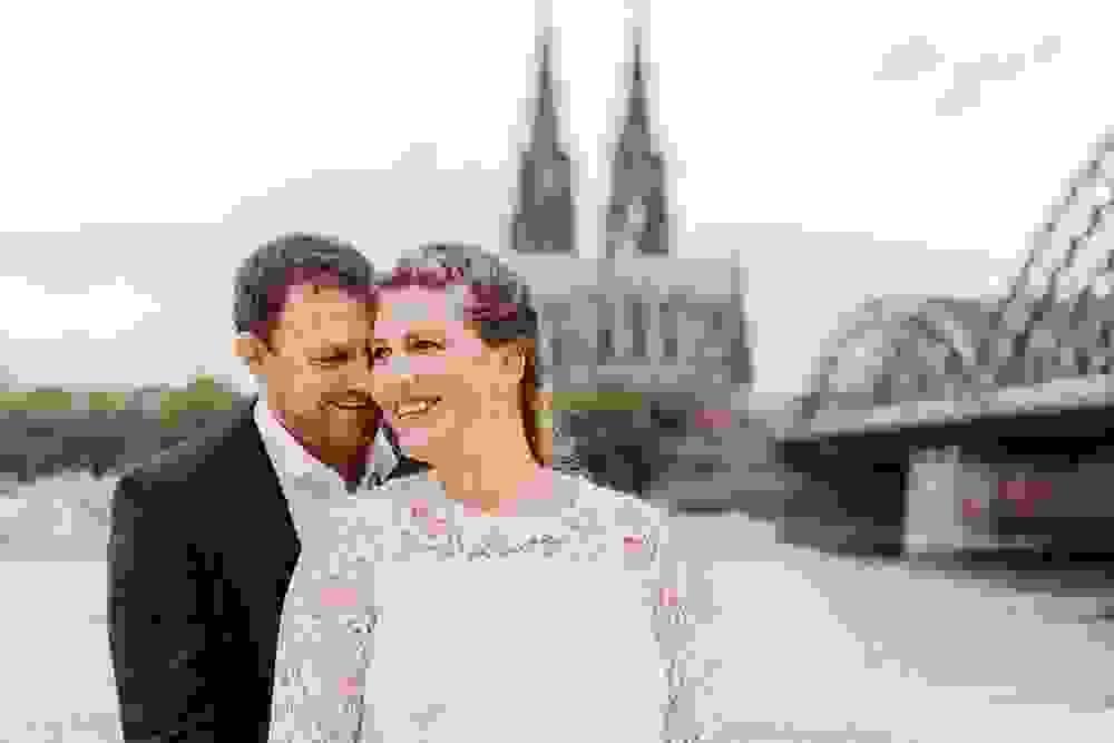 Hochzeitsfotograf-bochum-Standesamtliche-Hochzeit-am-Rheinufer-Koln-35.jpg