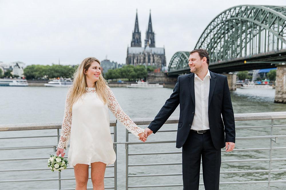 Hochzeitsfotograf-bochum-Standesamtliche-Hochzeit-am-Rheinufer-Koln-65.jpg